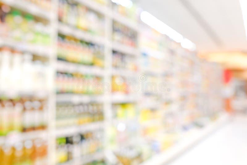 Zamazany tło, plama produkty na półkach przy sklepu spożywczego tłem, biznesowy pojęcie obrazy royalty free