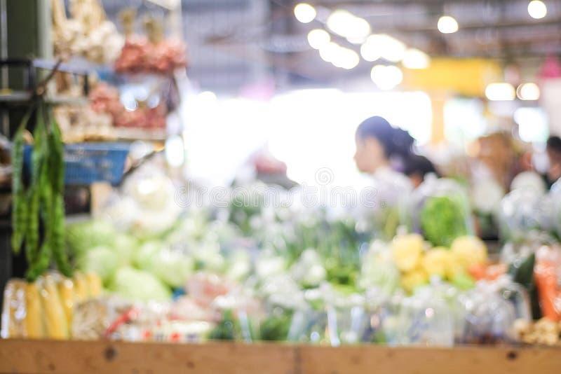 Zamazany tło, plama supermarket, sklep spożywczy z ludźmi, obraz royalty free