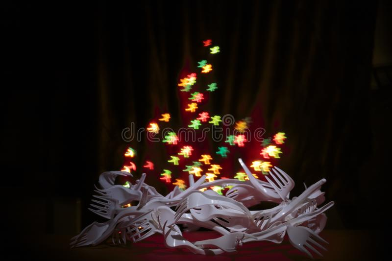 Zamazany tło z kolorowym bokeh piernikowy mężczyzna kształtowałem zaświeca na ciemnym tle, zamazywał bożonarodzeniowe światła/ Ad obraz stock