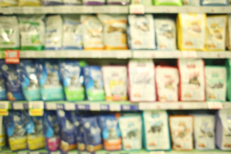 Zamazany widok paczki z zwierzęcym jedzeniem na zwierzę domowe sklepie zdjęcie stock