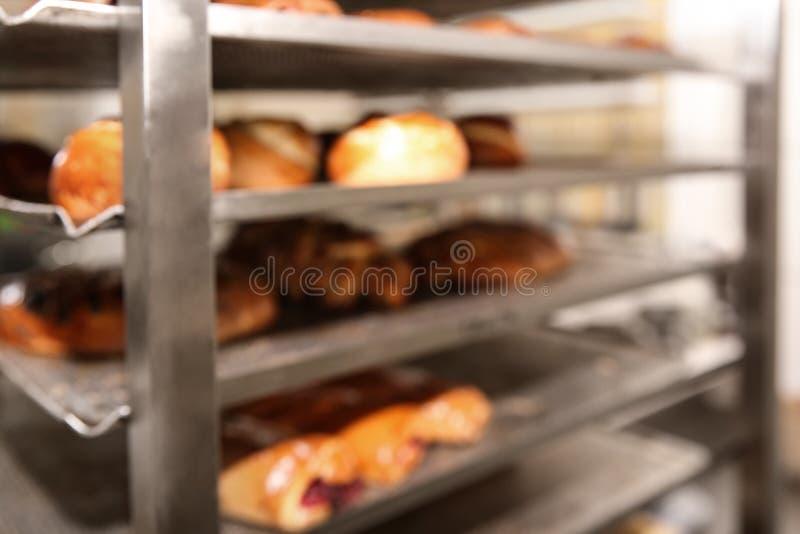 Zamazany widok stojak z ciastami w warsztacie zdjęcia stock