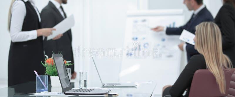 Zamazany wizerunek biuro podczas prezentacji Fotografia z kopii przestrzenią zdjęcia stock