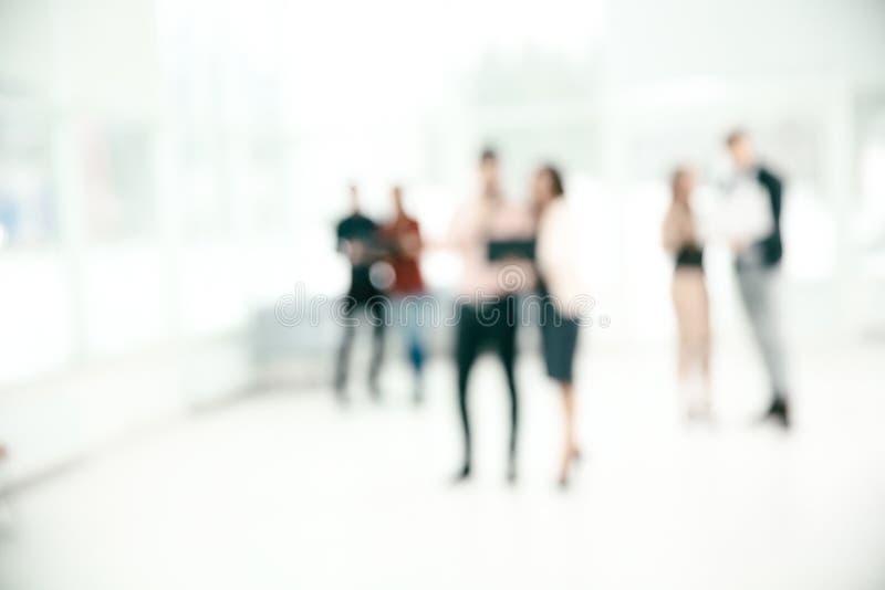 Zamazany wizerunek grupa ludzie biznesu opowiada w biuro lobby Fotografia z kopii przestrzeni? zdjęcia stock