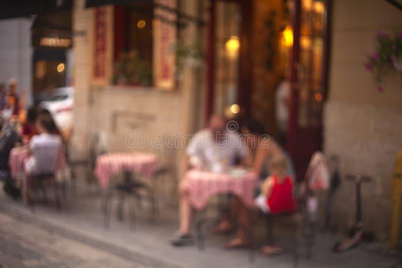 Zamazany wizerunek uliczna restauracja w wieczór zdjęcia stock
