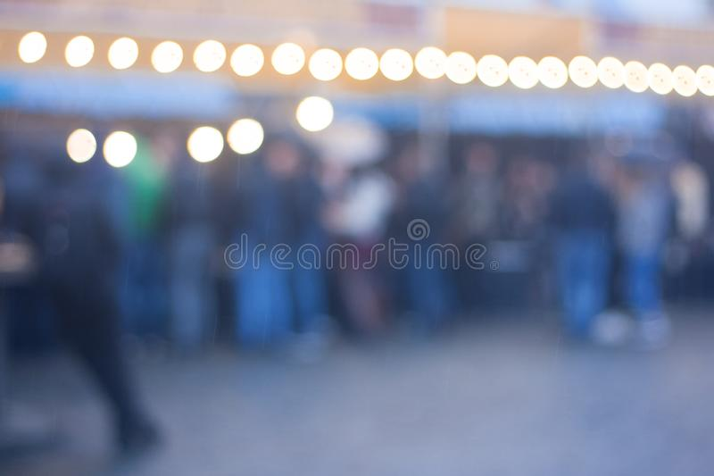 Zamazany wizerunek uliczny karmowy festiwalu tło w wieczór zdjęcia royalty free