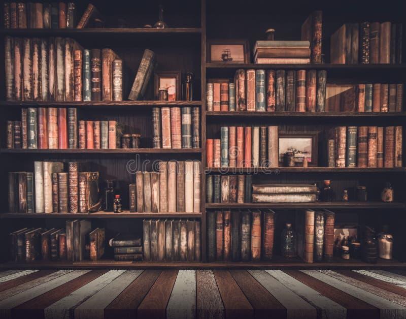 Zamazany wizerunek Wiele stare książki na półka na książki w bibliotece obrazy stock