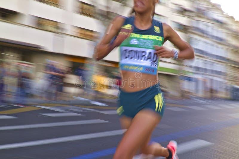 Zamazany wizerunek, zakończenie pośpieszny Przyrodni Maratoński biegacz zdjęcia stock