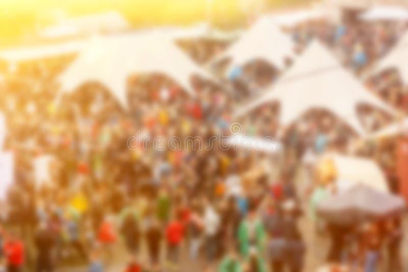 Zamazany wizerunek zatłoczonego karmowego festiwalu tła odgórny widok obrazy royalty free