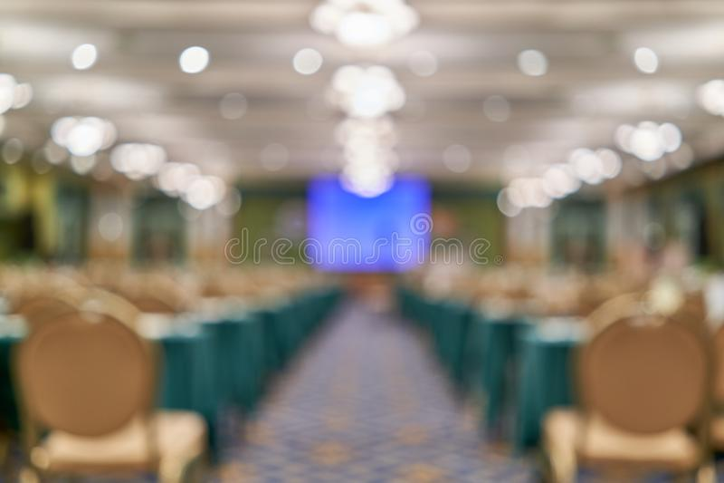 Zamazuje błękitnego ekranu projektor na sceny sala konferencyjnej jako tło obrazy stock
