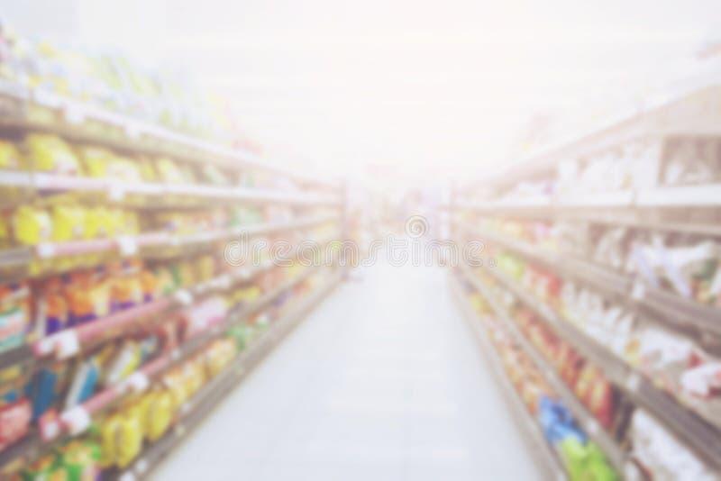 Zamazuje fotografii tło przekąski i produkt konsumencki kolorowi w supermarketa sklepie zdjęcia stock