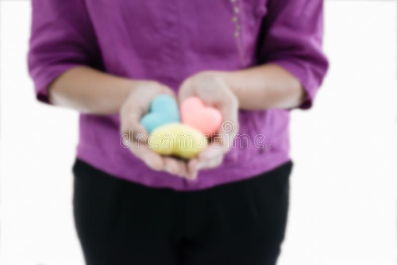 Zamazuje kobieta chwyta 3 rękodzieła kolorowy serce w jej ręce obrazy stock