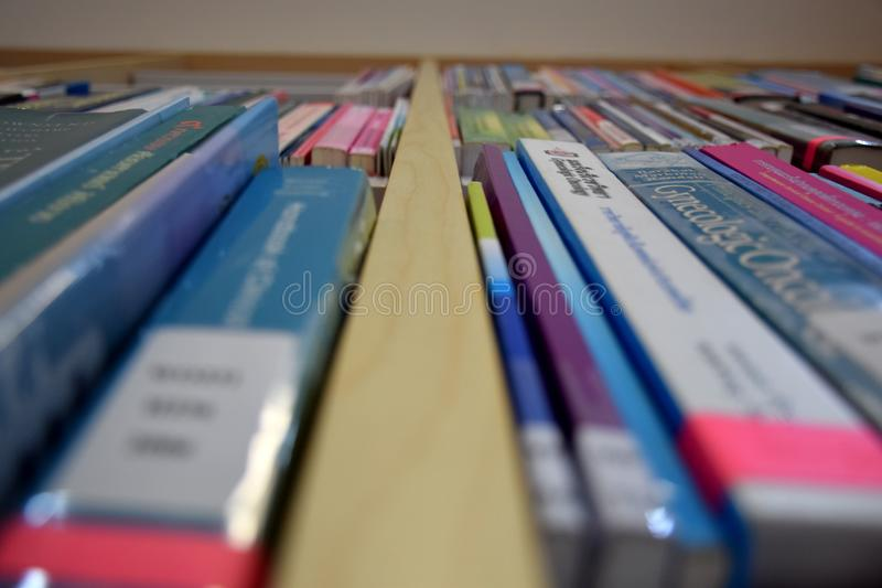 Zamazuje wizerunek półka na książki w bibliotece zdjęcia royalty free
