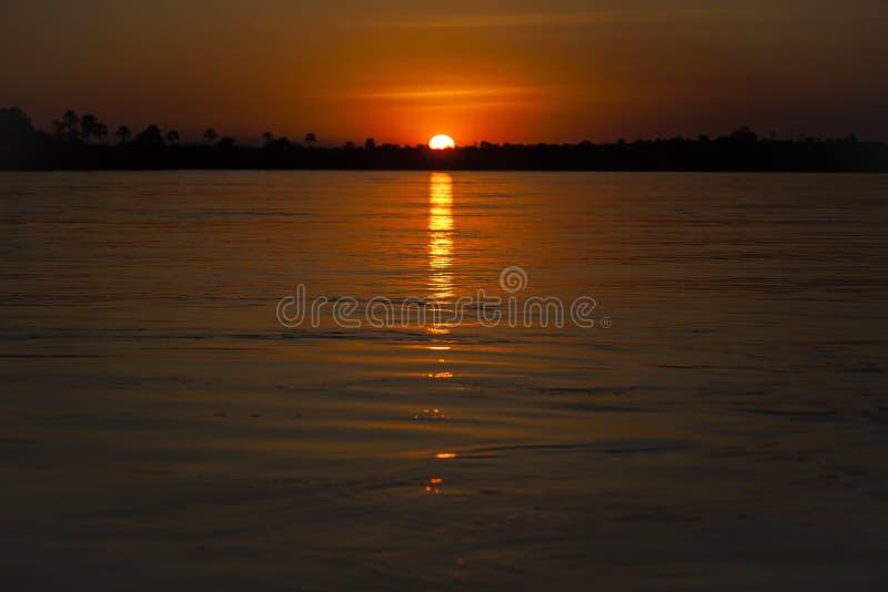 Zambezi Rivierzonsondergang: Oranje Hemel en Water stock afbeeldingen