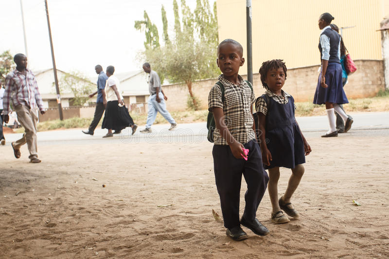 ZAMBIA - OKTOBER 14 2013: Det lokala folket går omkring liv i Zambia arkivfoto