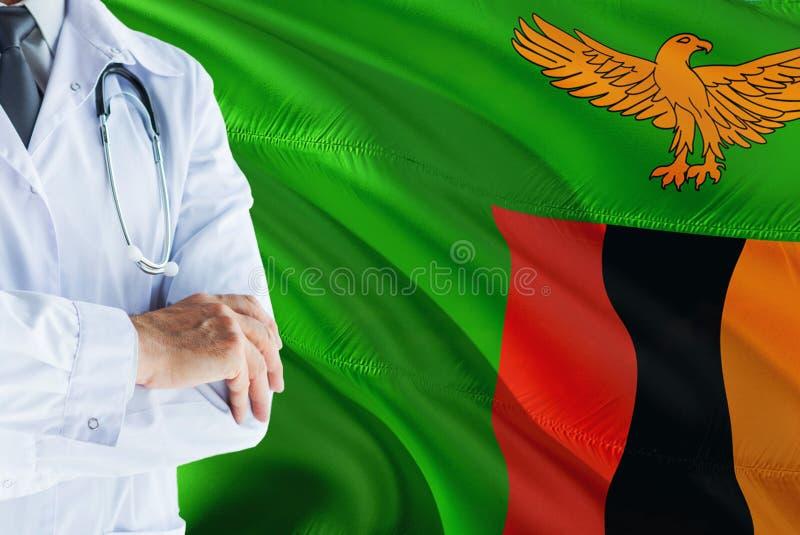 Zambiaanse Arts die zich met stethoscoop op de vlagachtergrond van Zambia bevinden Het nationale concept van het gezondheidszorgs royalty-vrije stock foto