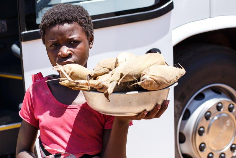 ZAMBIOWIE - PAŹDZIERNIK 14 2013: Lokalni ludzie iść wokoło z dnia na dzień życie fotografia royalty free