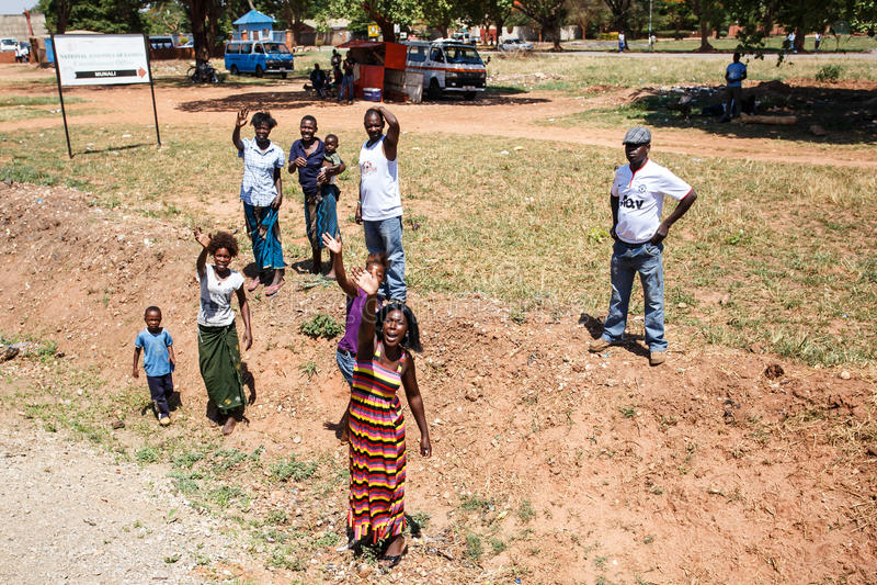 ZAMBIOWIE - PAŹDZIERNIK 14 2013: Lokalni ludzie iść wokoło z dnia na dzień życie obrazy stock
