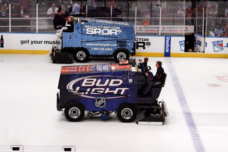 Zamboni nel gioco di hokey del ghiaccio immagini stock libere da diritti