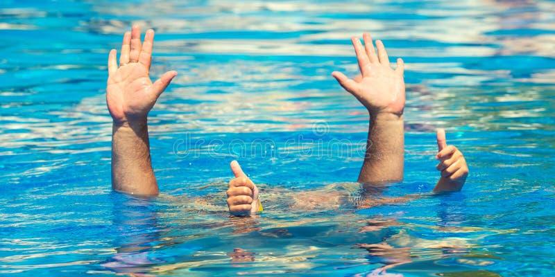 Zambullidas del padre y del hijo debajo del agua en la piscina en el día de verano Ocio y natación en los días de fiesta imagenes de archivo