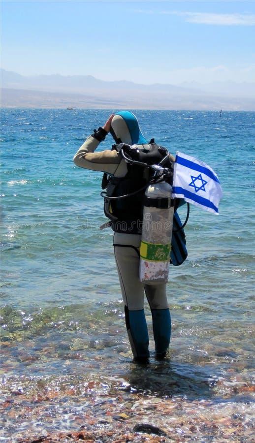 Zambullidor con el indicador israelí imagenes de archivo