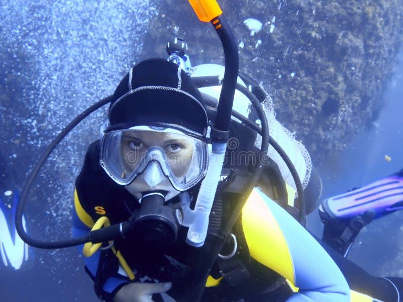 Zambullidor de equipo de submarinismo imagenes de archivo