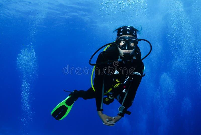 Zambullidor de equipo de submarinismo asiático femenino joven fotografía de archivo libre de regalías