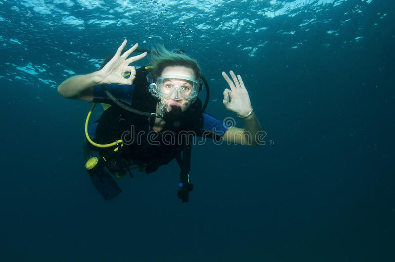 Zambullidor de equipo de submarinismo femenino rubio fotos de archivo libres de regalías