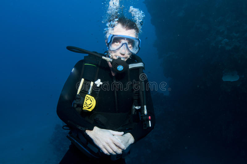 Zambullidor de equipo de submarinismo masculino fotografía de archivo libre de regalías