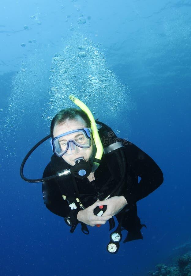 Zambullidor de equipo de submarinismo masculino fotografía de archivo