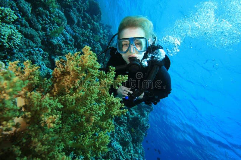 Zambullidor de equipo de submarinismo y filón coralino fotos de archivo libres de regalías