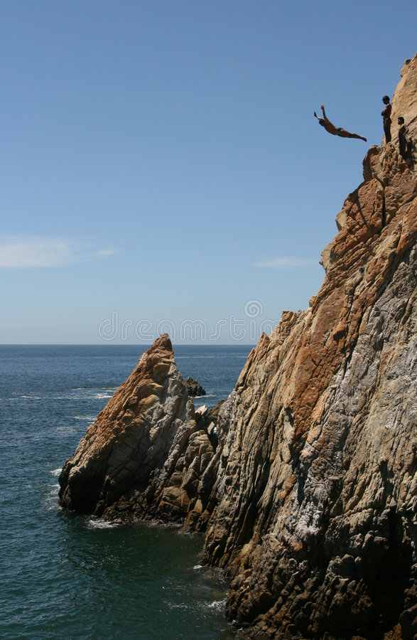 Zambullidor del acantilado de Acapulco foto de archivo