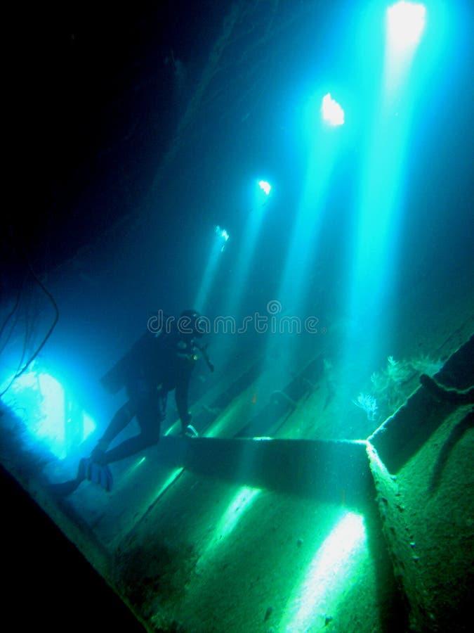 Zambullidor dentro de la ruina de Giannis D, foto de archivo