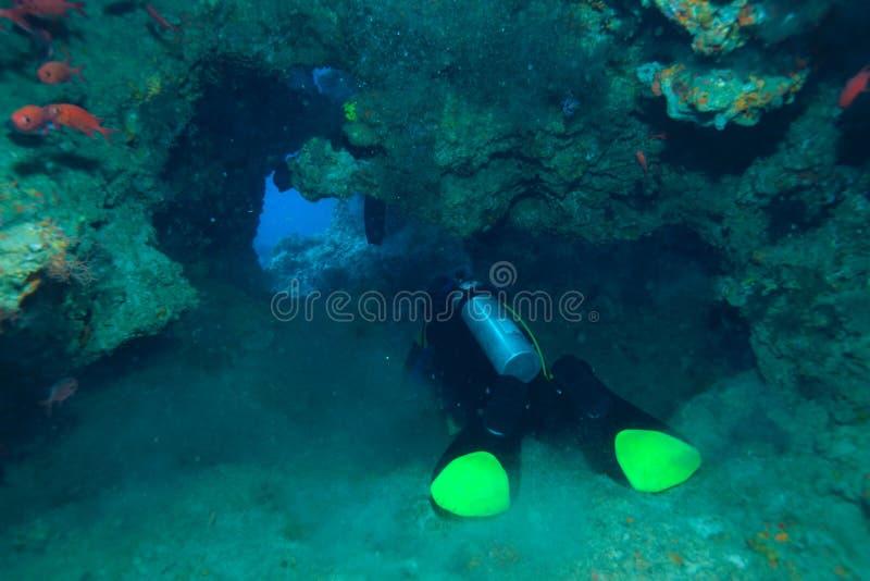 Zambullidor en la cueva subacuática, el Océano Índico fotos de archivo libres de regalías
