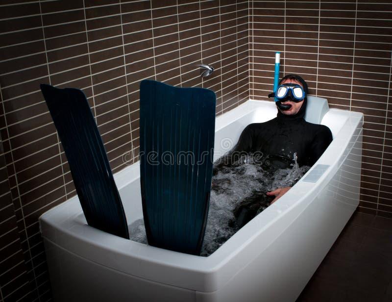 Zambullidor extraño con la aleta en cuarto de baño foto de archivo libre de regalías
