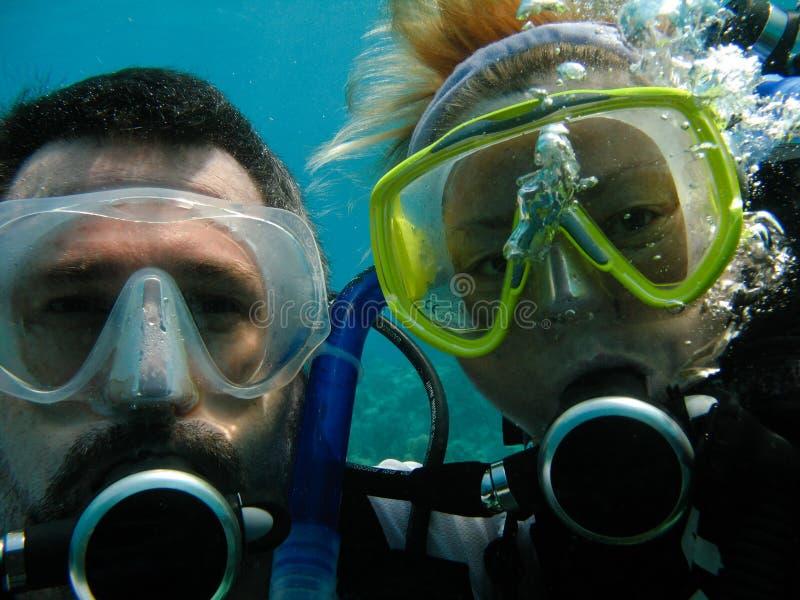 Zambullidores de equipo de submarinismo imagen de archivo