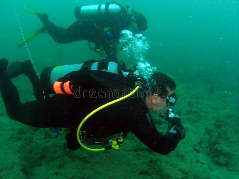 Zambullidores de equipo de submarinismo foto de archivo libre de regalías