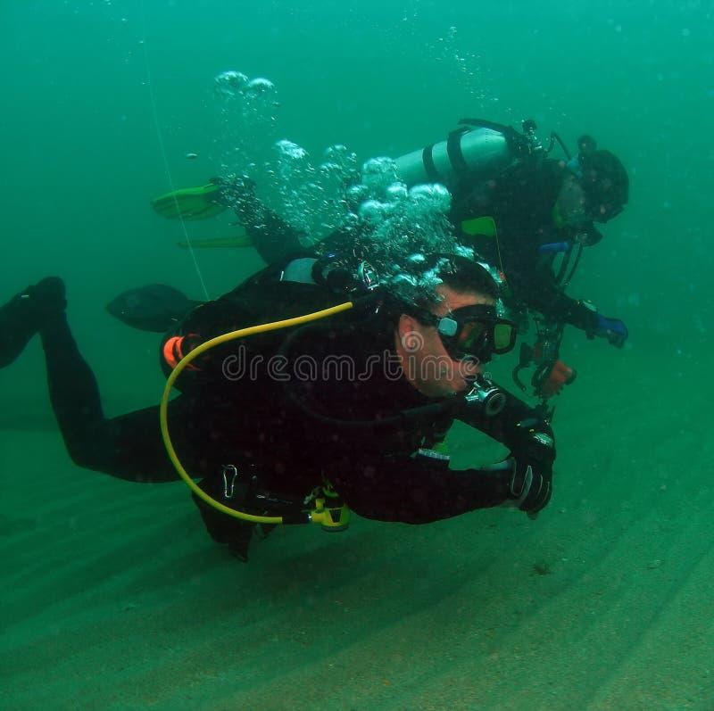 Zambullidores de equipo de submarinismo fotos de archivo