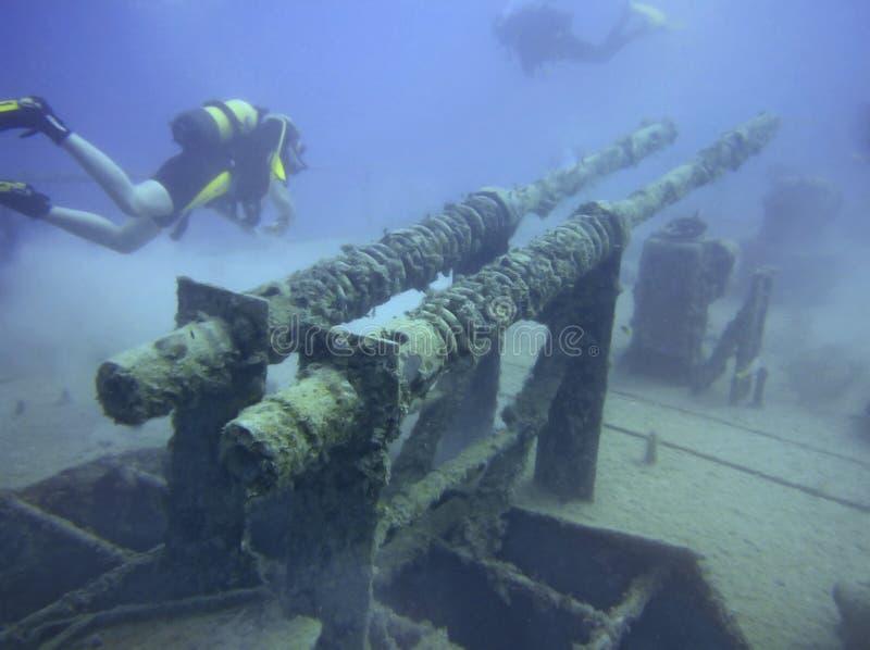 Zambullidores de equipo de submarinismo y nave de arma foto de archivo libre de regalías