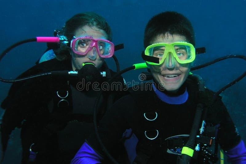 Zambullidores del hermano y de la hermana subacuáticos fotografía de archivo libre de regalías