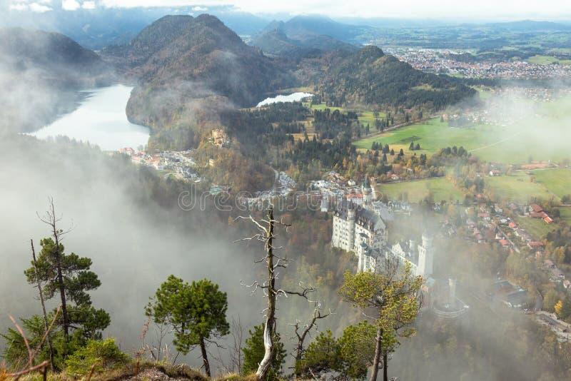 Zamek Neuschwanstein w alpach bawarskich fotografia stock
