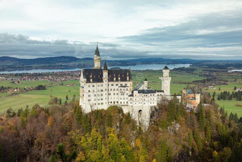 Zamek Neuschwanstein w alpach bawarskich obraz stock