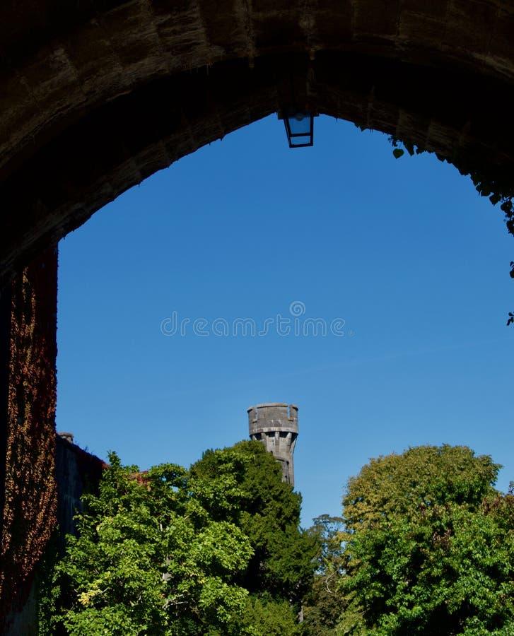 Zamek przez łuk fotografia royalty free