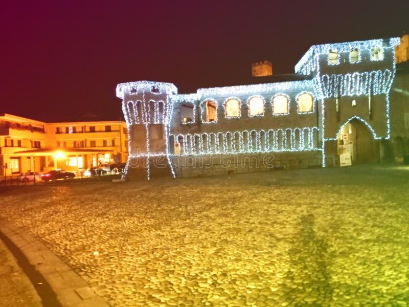 Zamek Rocchetta di Castellarano Włochy ozdobiony na Boże Narodzenie i Nowy Rok, kontury oświetlonego zamku fotografii zdjęcie royalty free