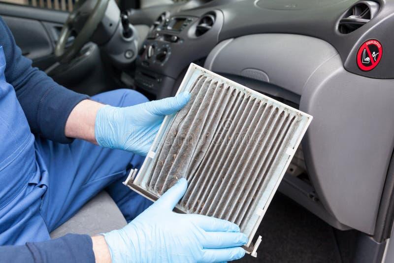 Zamieniać brudnego kabinowego pollen lotniczego filtr dla samochodu fotografia stock