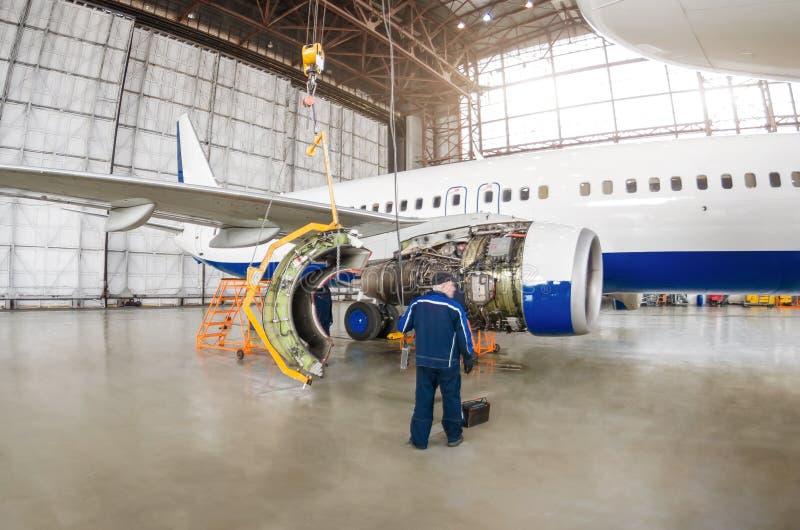 Zamieniać silnika na samolocie, pracujący pracownik, mechanik, specjalisty pojęcia samolot utrzymanie fotografia royalty free