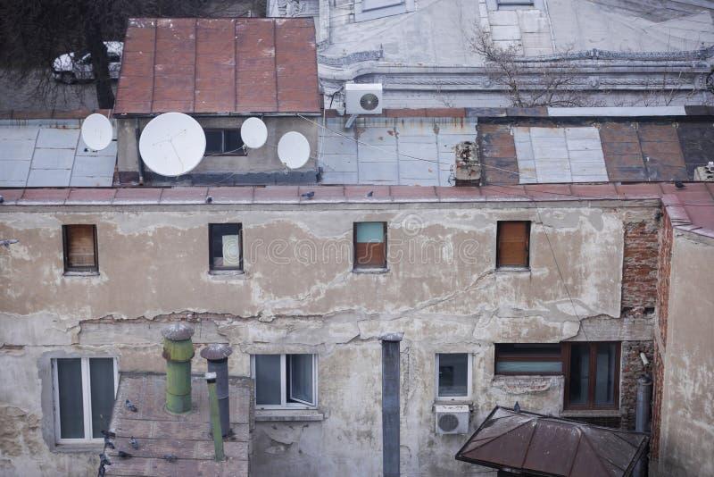 Zamieszkany, stary i gnijący prawie rujnujący budynek w starej części Bucharest, obrazy stock