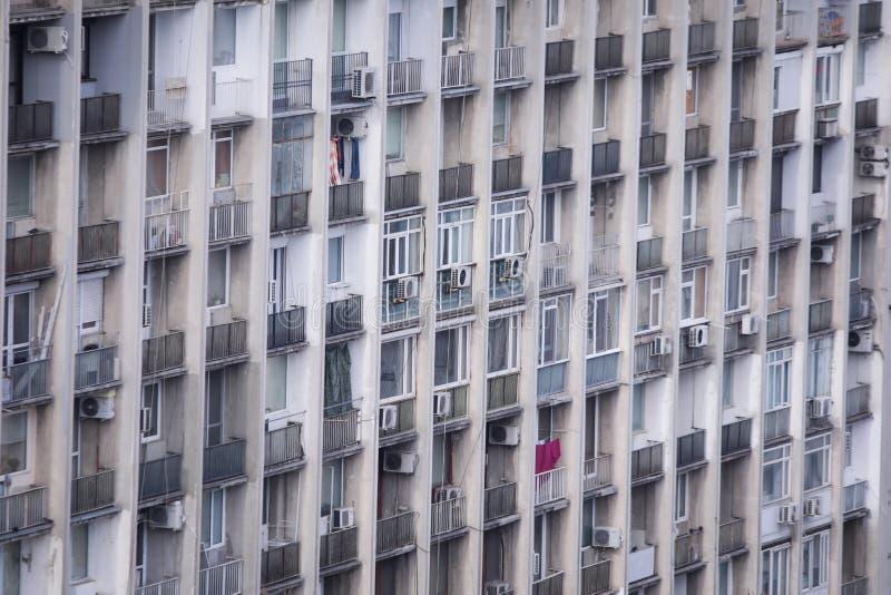 Zamieszkany, stary i zaniedbany komunistyczny blok mieszkalny, zdjęcie stock
