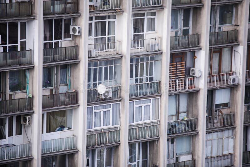 Zamieszkany, stary i zaniedbany komunistyczny blok mieszkalny, obraz royalty free
