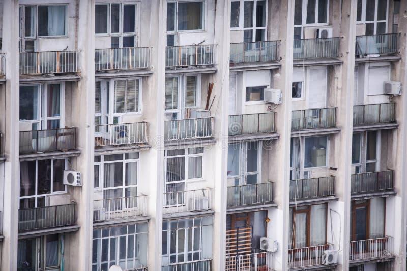 Zamieszkany, stary i zaniedbany komunistyczny era blok mieszkalny, zdjęcie royalty free