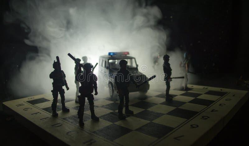 Zamieszki policja daje sygnałowi przygotowywającym Rządowy władzy pojęcie Policja na chessboard Dym na ciemnym tle z światłami fotografia stock
